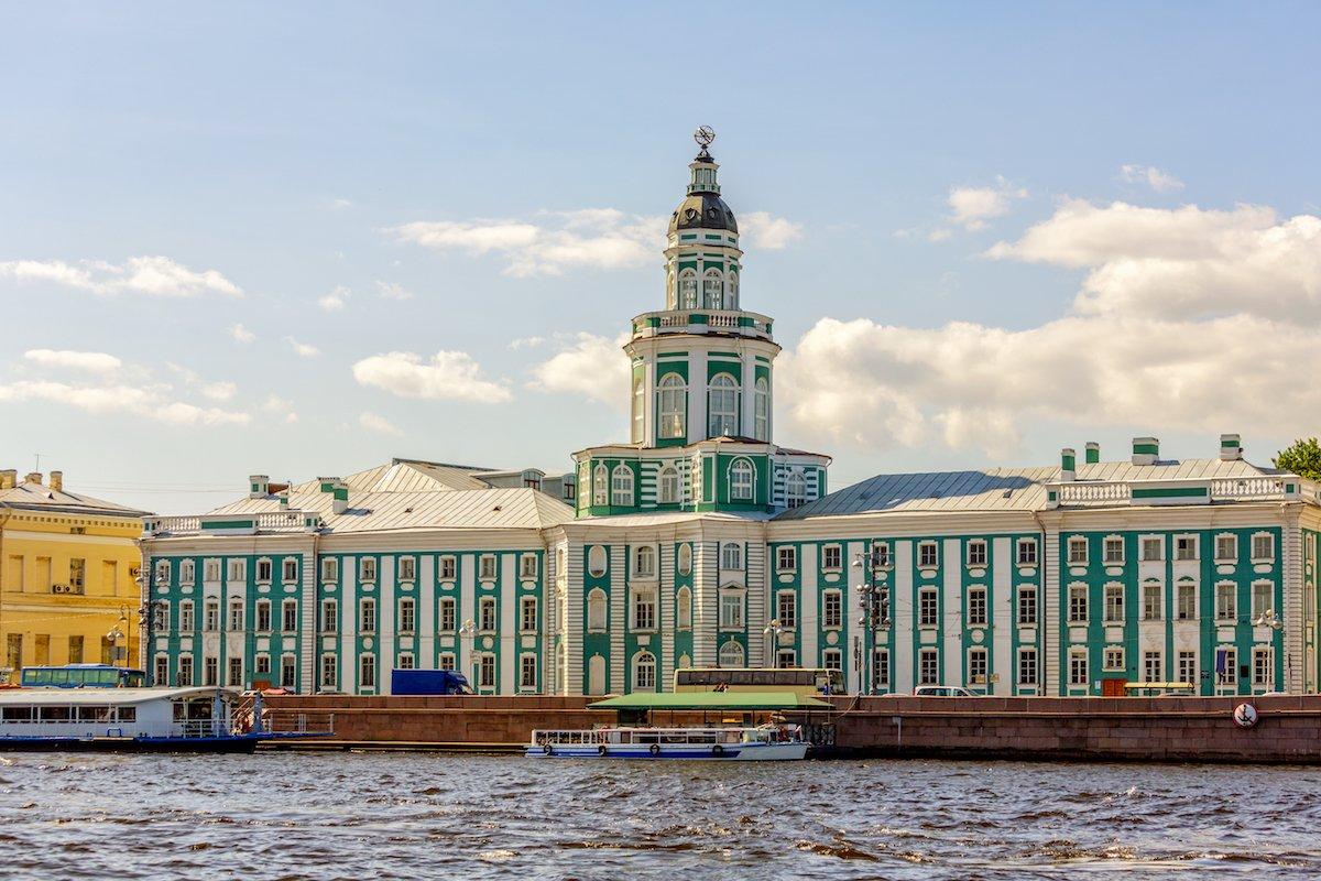 Посетите Кунсткамеру – самый старый и величайший музей России на Васильевском острове. Сейчас