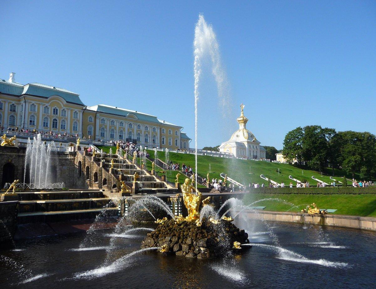 Посетите фонтаны Петергофа.