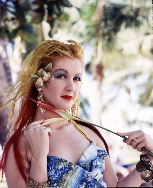 Тени до самых бровей В 80-х никто не утруждал себя растушевыванием макияжа, особенно когда дело каса