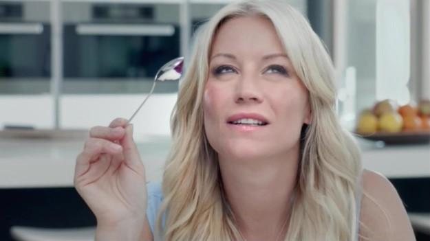 Есть йогурт, держа ложку углублением вниз. То же самое происходит с мороженым.