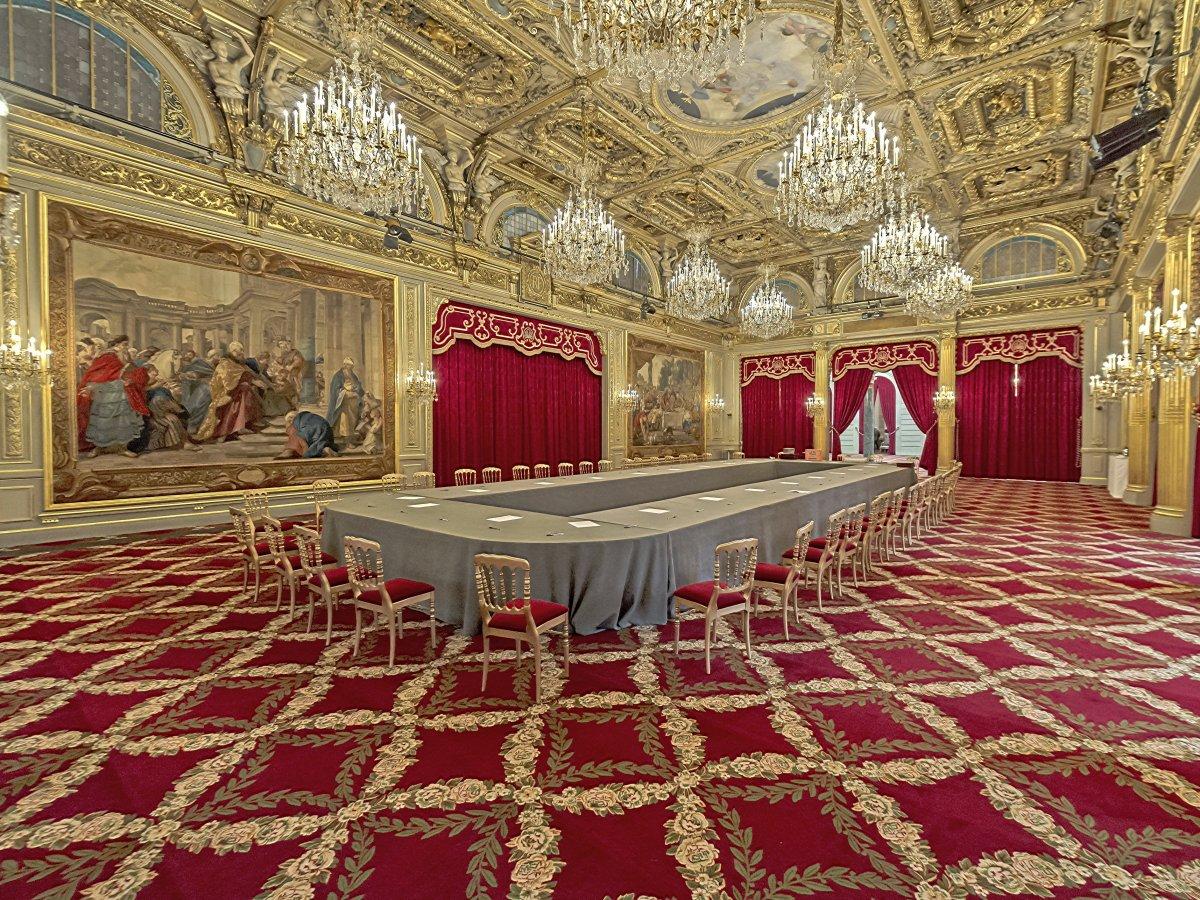Дворец, который был построен в 1722 году, утопает в золоте. Образец богатства интерьера — зал Salle