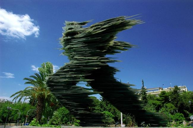 © G Da  Греческого «Дромеаса» можно увидеть вАфинах. Слюбого ракурса создается ощущение, что