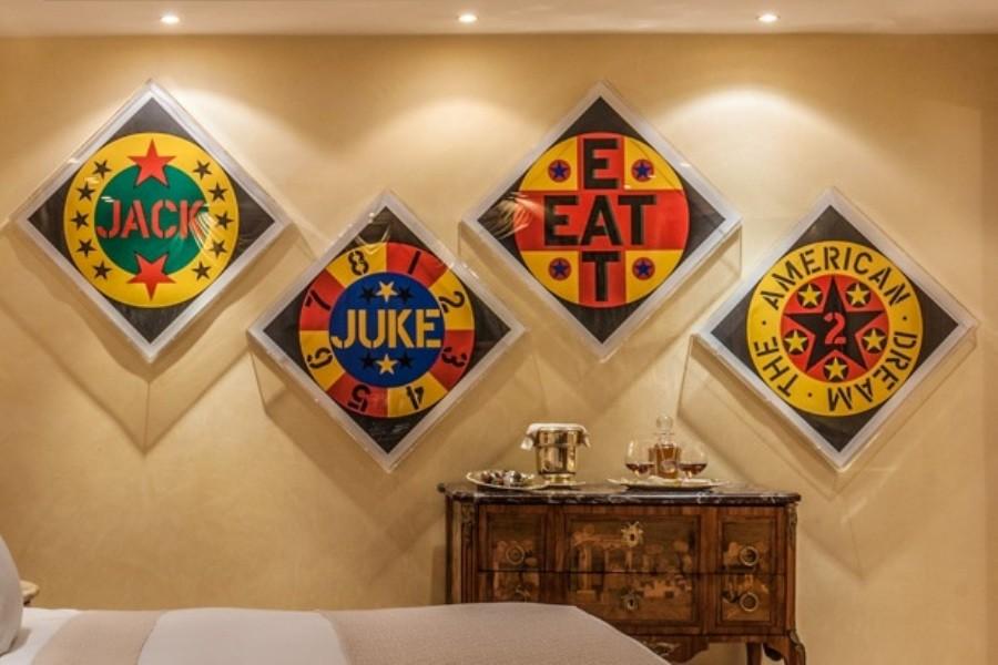 Всего в отеле более тысячи экспонатов, созданных в разные периоды, от XVI до XX века. Среди них есть