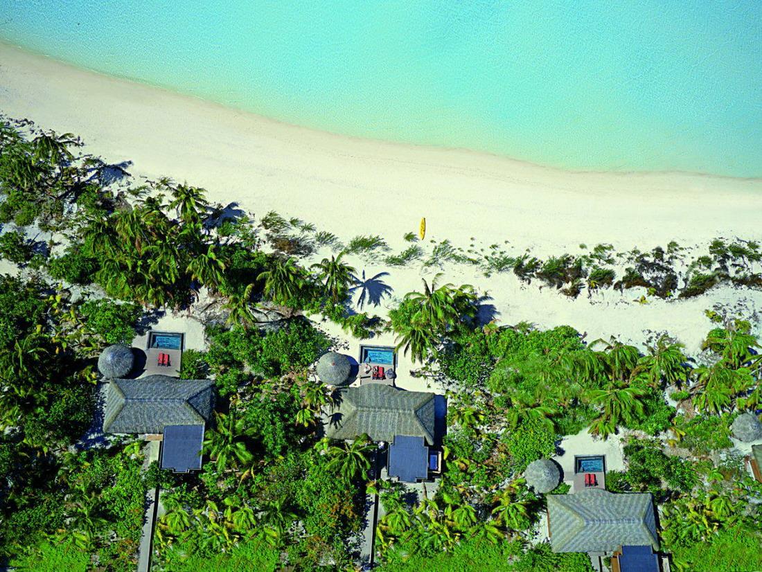 Каждая вилла расположена на берегу, у каждой имеется свой частный пляж.