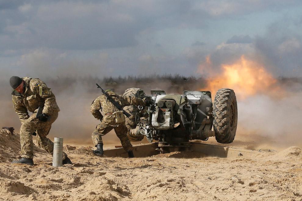 7. Ополченец в в Дебальцево. (Фото Vadim Ghirda   AP):