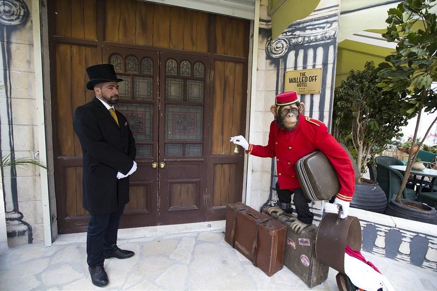 """Бэнкси открывает """"Отгороженный Отель"""" в Вифлееме"""