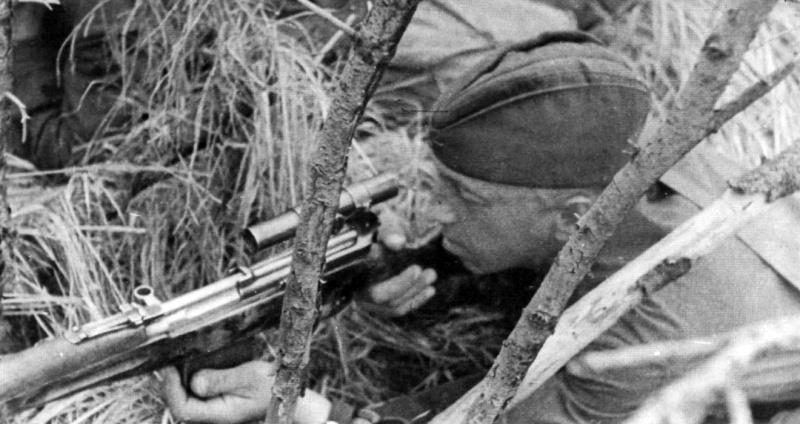 Снайпер 110-й сд М.В. Спирин с СВТ-40 на позиции.jpeg