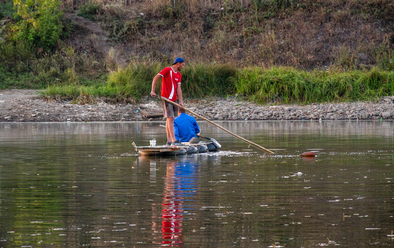 ребята на плоту с лопатой вместо весла