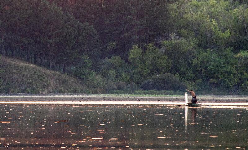 люди проверяют сеть на реке