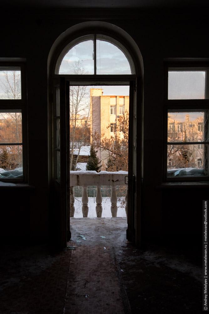 полукруглые двери на балкон больницы номер шесть