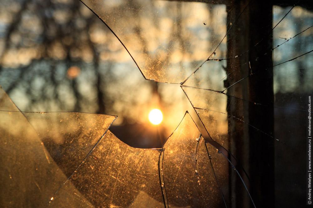 разбитое стекло в заброшенной больнице