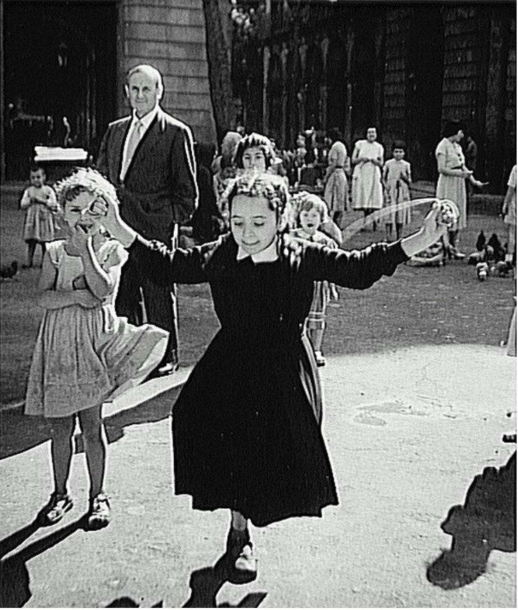 1955. Жоан Миро (художник) на Королевской площади в Барселоне