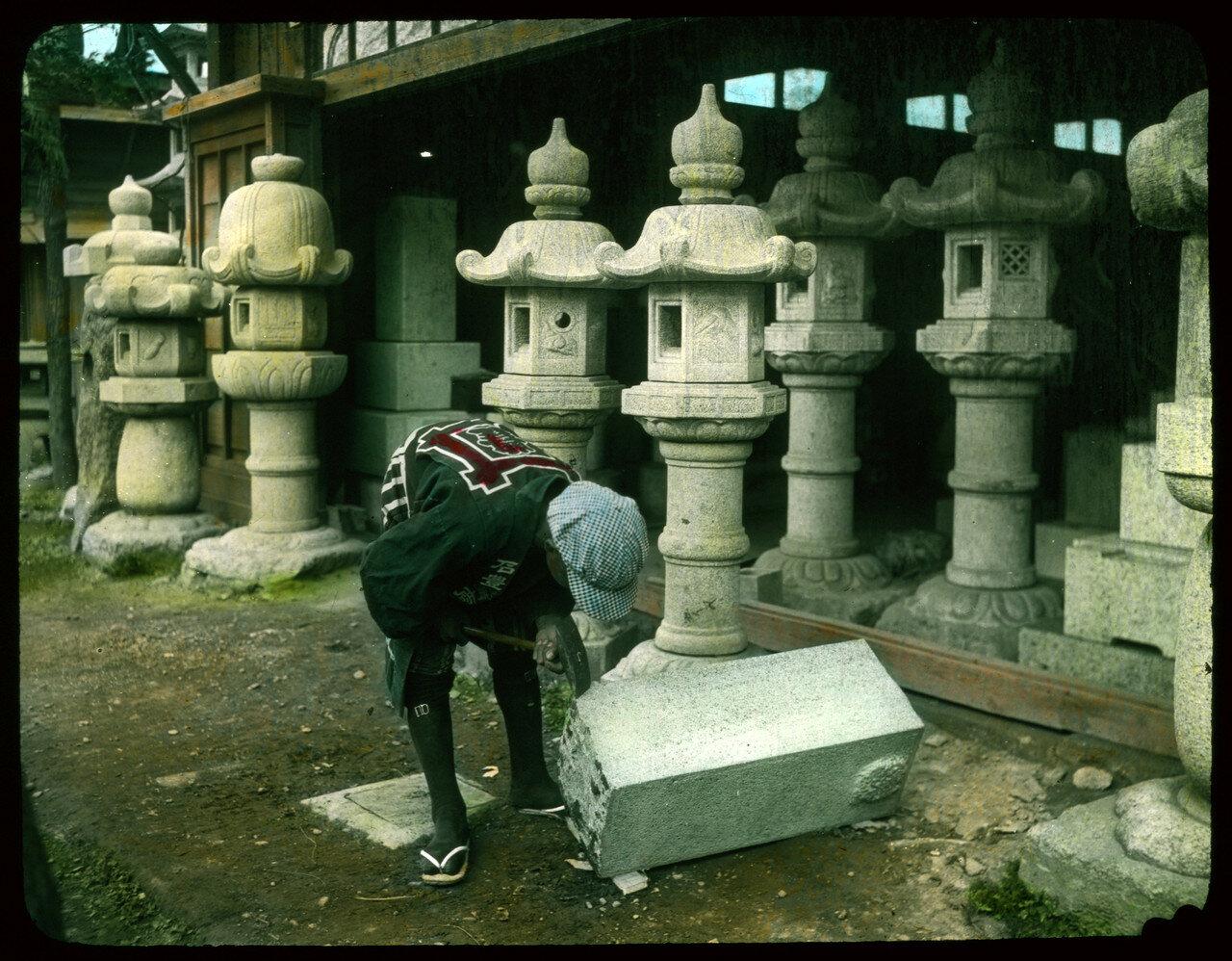 Мастер вырезает фонарь из каменного блока