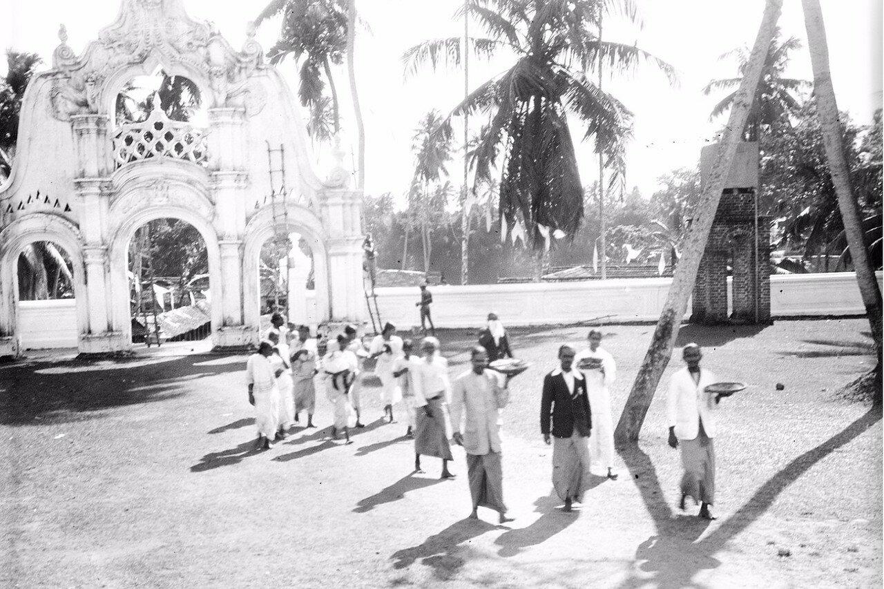 23. Окрестности Коломбо. Буддийский храм в деревне Келани. Паломники перед храмом