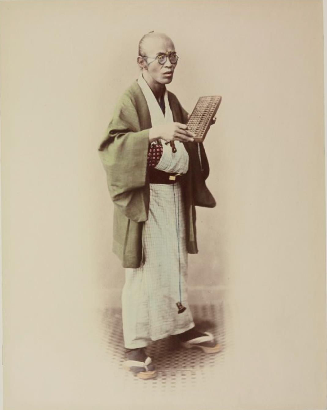 Сёдзиро, торговец, держит абак