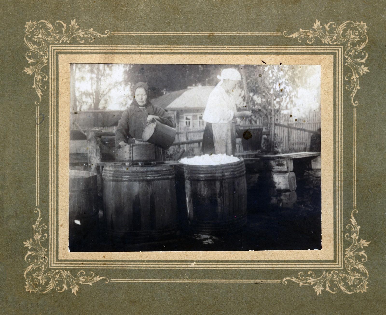 03. Промывка картофеля у колодца