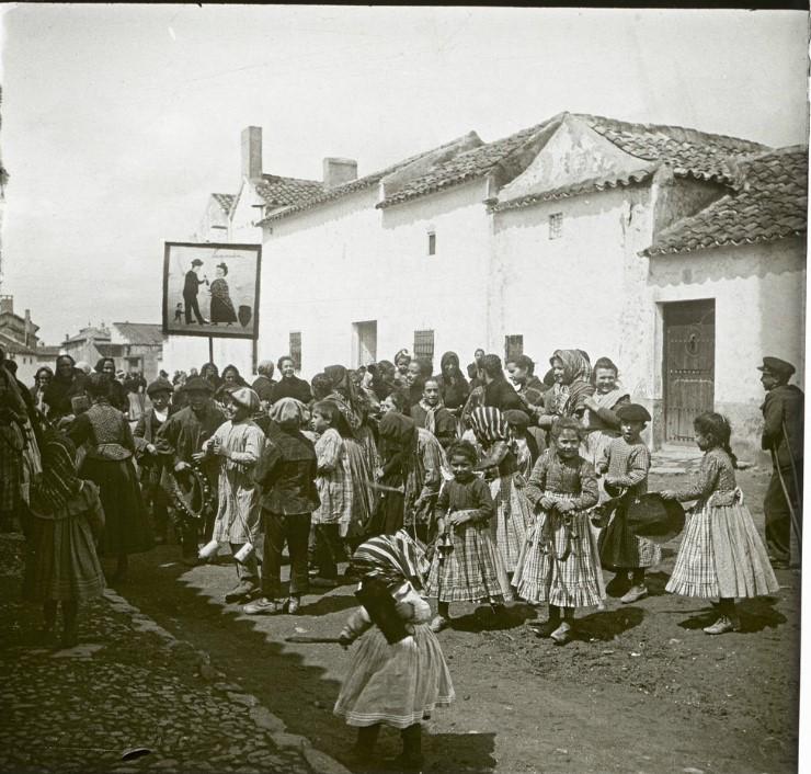 1903. Толпа детей перед домом новобрачных. Испания, Алькасар-де-Сан-Хуан