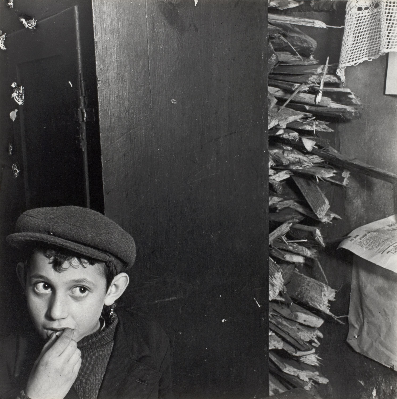 Мальчик в подвальном помещении, ул. Крохмальна