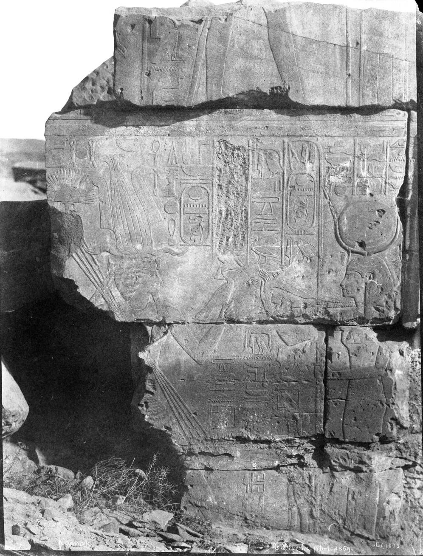 Карнак. Рельеф «Фараон предлагает птицу богине Хатхор»