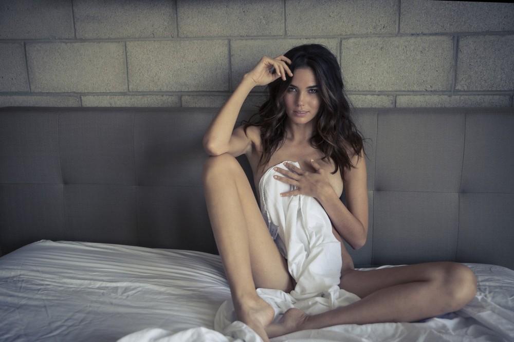 Обнаженная Рэйчел Валлори в постели