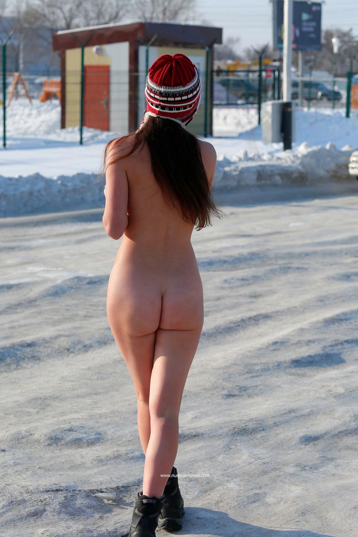 Голая Лиза зимой на авторынке