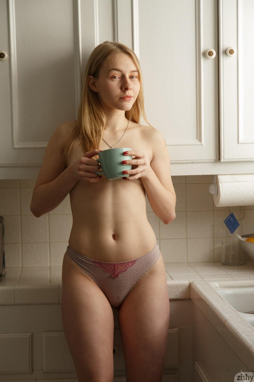Freda Motten попила кофе и решила раздеться