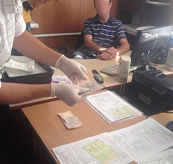 Сотрудники Госинспекции сельского хозяйства на Днепропетровщине требовали и получили 7 тыс. грн за регистрацию экскаватора. ФОТО