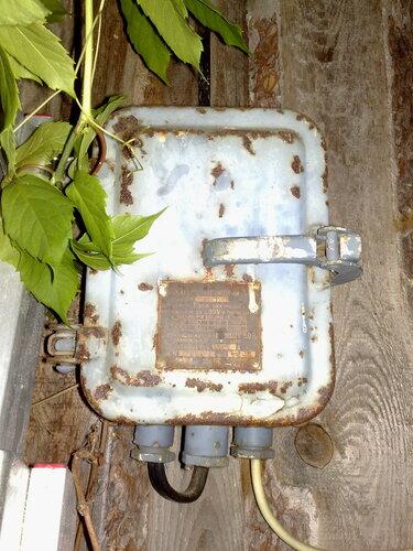 Срочный вызов электрика аварийной службы в дачный дом из-за оплавления 25-амперной розетки. Замена пробок на автоматы современного образца