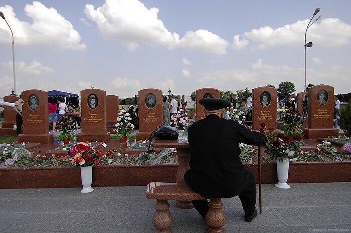 Феликс Тотиев у могил шести своих внуков. Беслан.