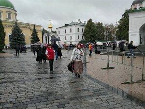 Данилов монастырь, впереди очередь к мощам