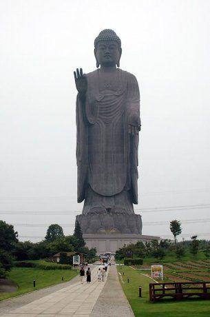 Второй по высоте статуй мире считается Лаукун Сектуар, высота монумента 120 метров.