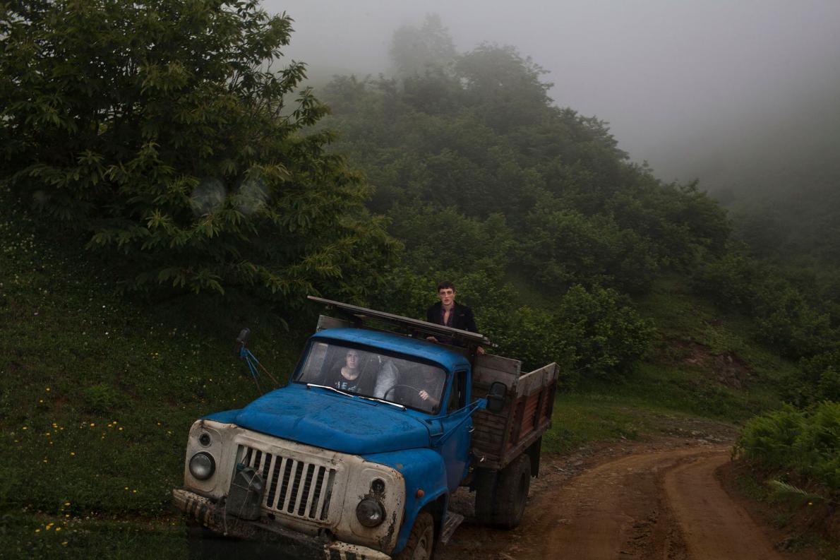 Аджарская семья ездит из одной деревни в другую. Даро Сулакаури хотела запечатлеть не только сами св