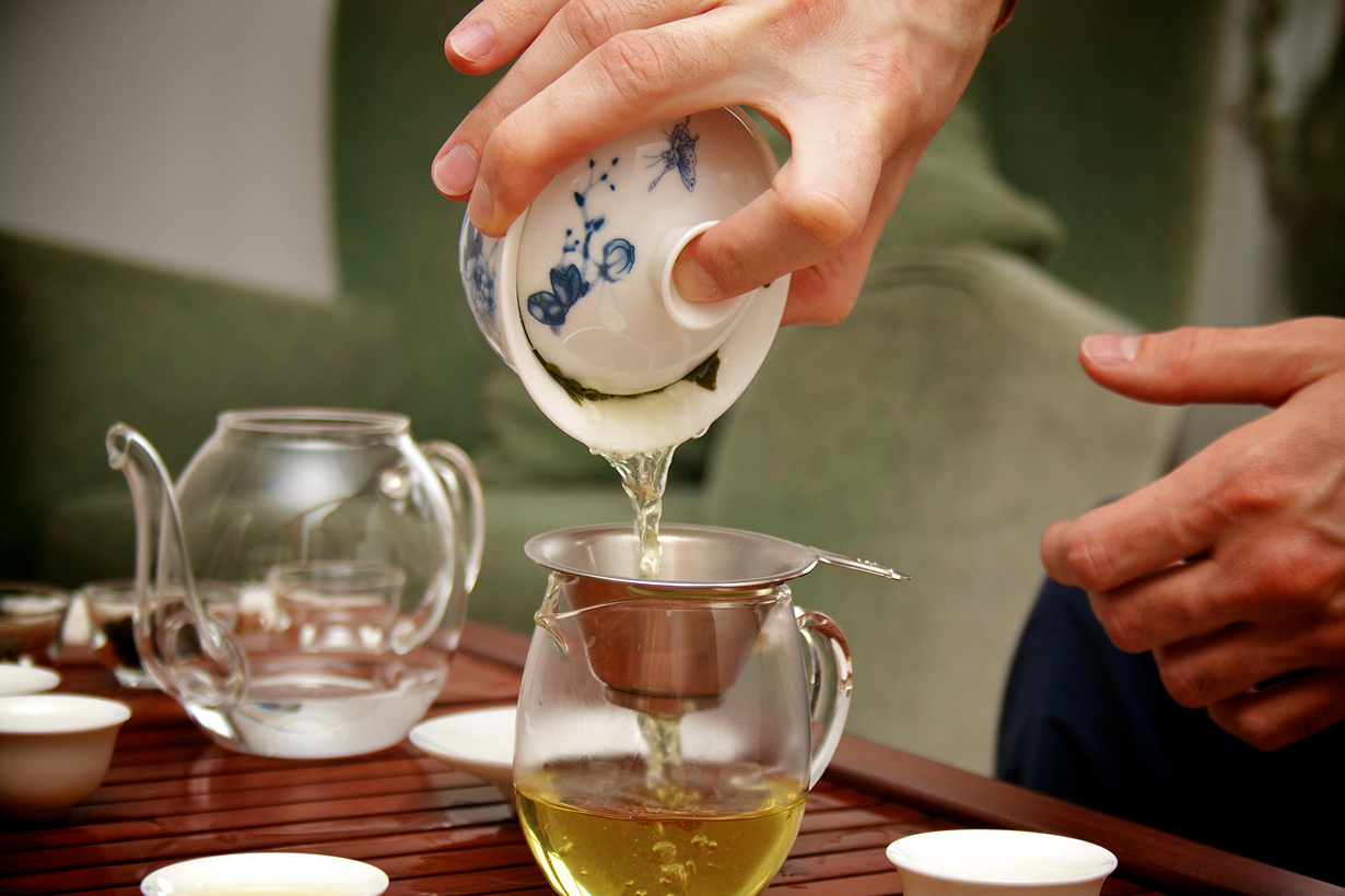 Известно, что зелёный чай способствует повышению скорости метаболизма на 4 %, при этом не увелич
