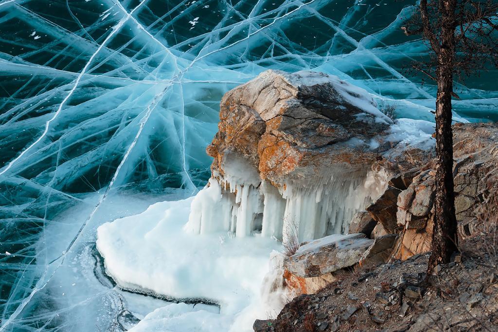 Даже зимой, скованный льдом, Байкал дышит. Слышны глубинные взрывы, скрип трещин, треск ломающегося