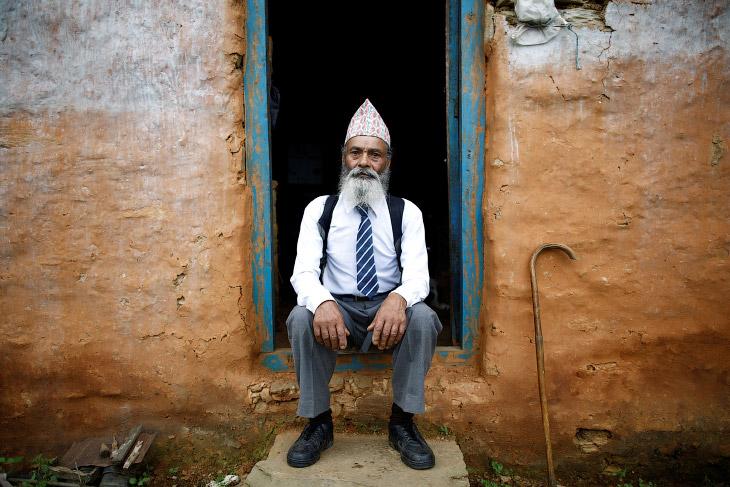 В детстве он мечтал стать учителем, но не смог закончить школу из-за бедности. Сейчас непальско