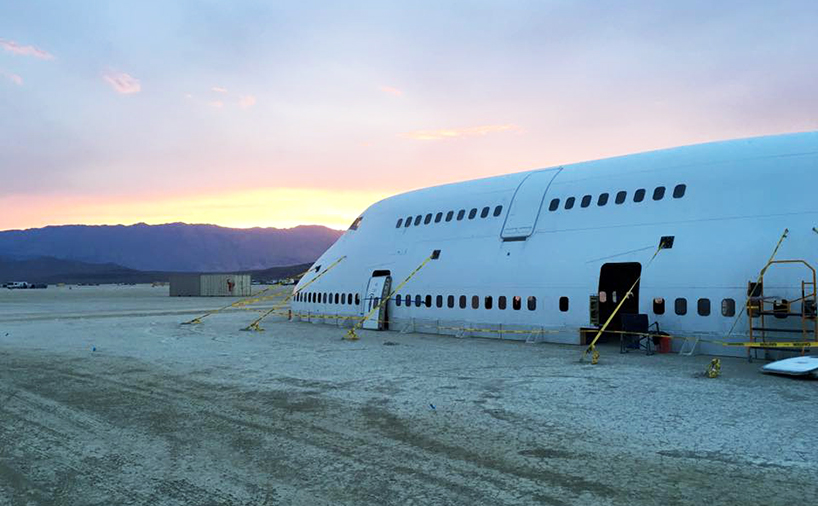Это будет частично разобраный самолет переделаный в инсталяцию с галлерей и зной отдыха внутри. В но