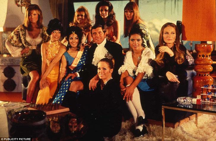 Актеры из фильма «На секретной службе Ее Величества» на съемочной площадке в «Пиц Глория» — ресторан