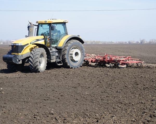 Медведев допустил передачу фермерам неиспользуемой земли без торгов