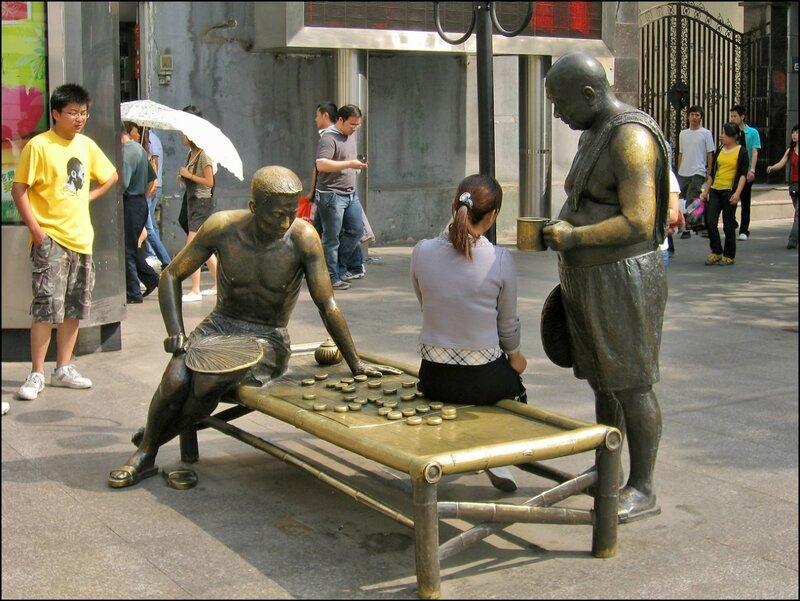 Забавные статуи на улице Цзянхань, Ухань