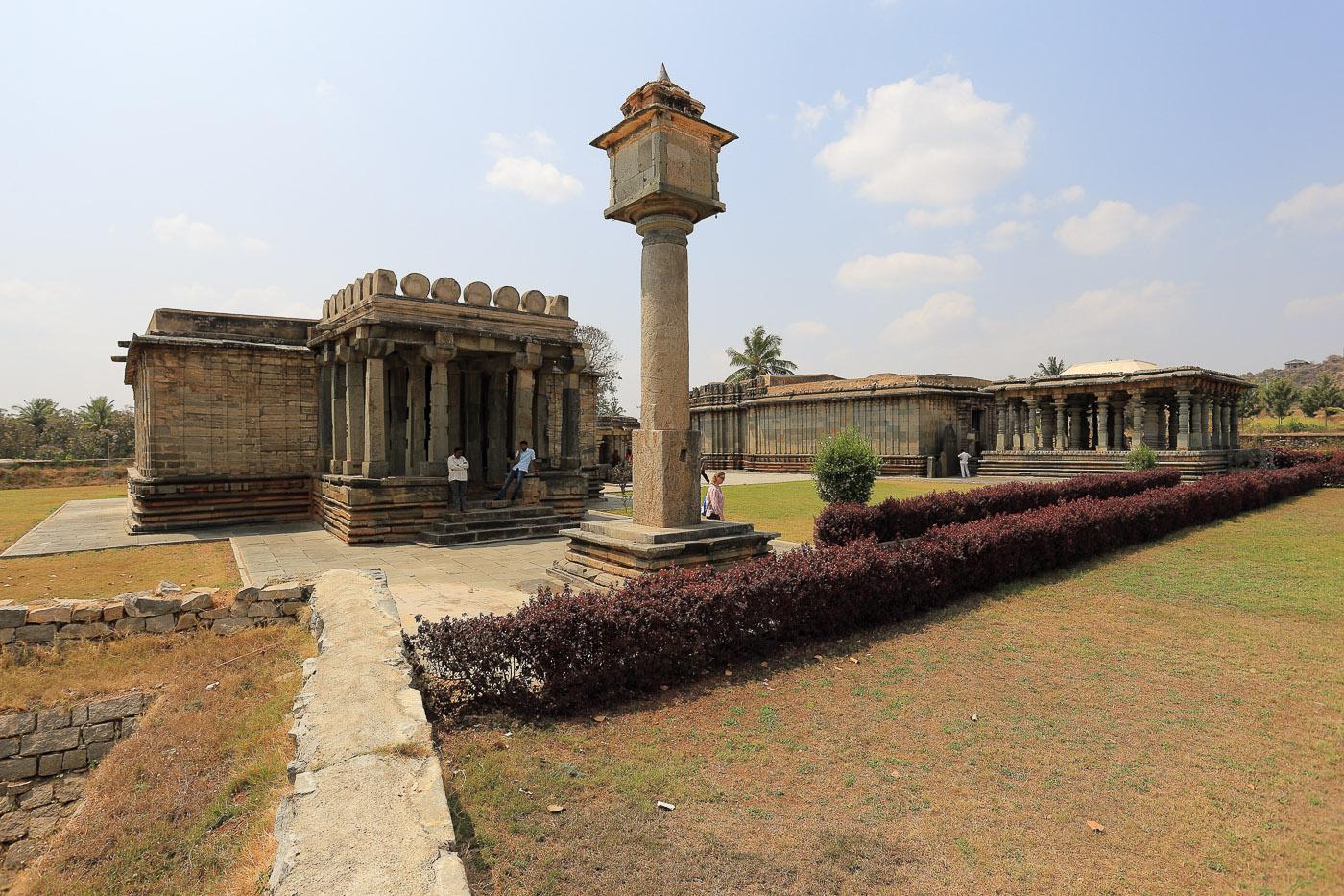 Фотография №11. Halebeedu Basadi Digambar Jain Temples. Поездка на экскурсию в Халебид в штате Карнатака. Отзывы об интересных местах в Индии. (Canon 17-40, 1/200, 0 eV, f 6.3, 17mm, ISO 100).