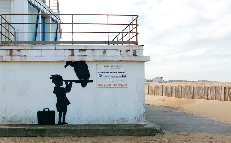 Banksy invites himself in Calais with four new street art creations for the migrants