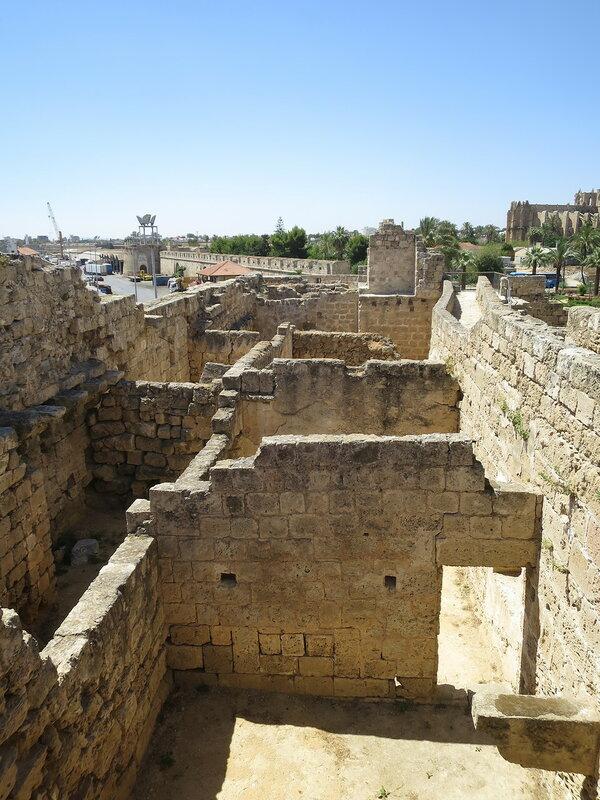 Фамагуста. Крепость. Строения между городской и крепостной стеной