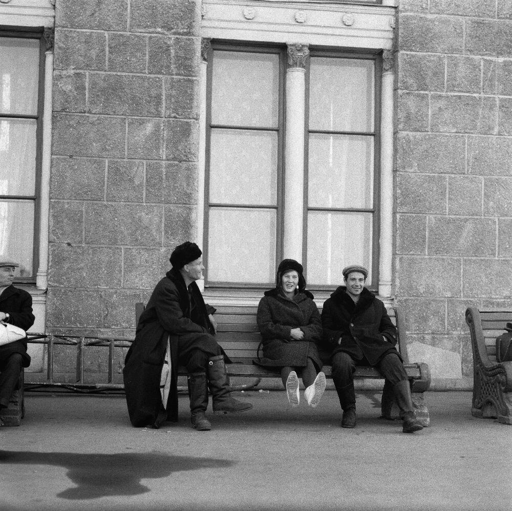 Куйбышев. Местные жители на скамейке