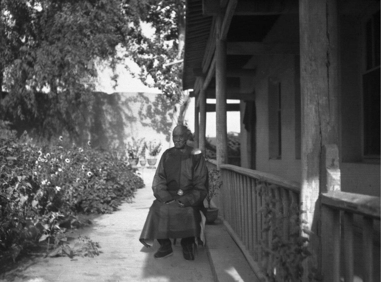 Кашгарский даотай Хуан Хун Чжу в саду своего дома
