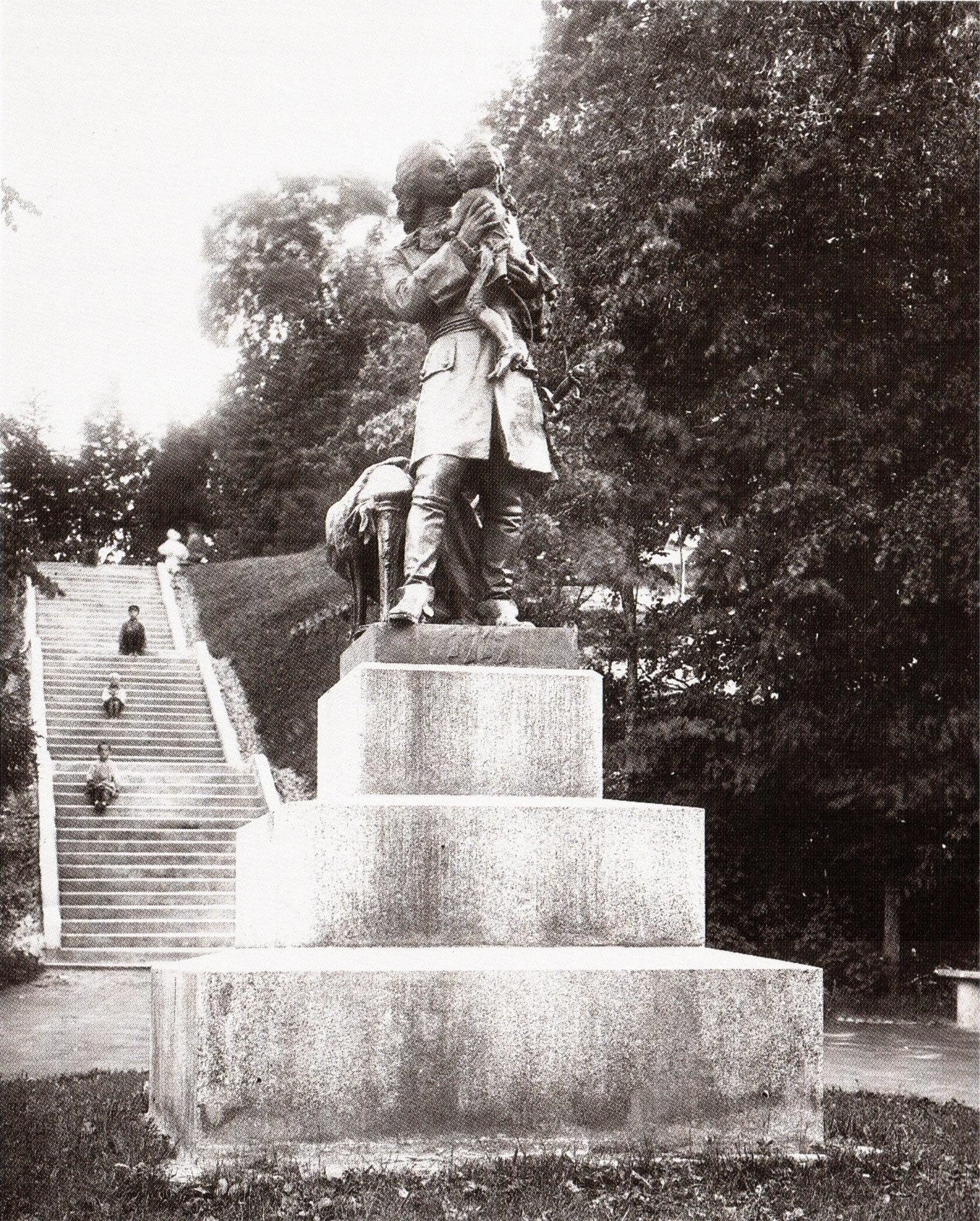 Памятник «Петр I с малолетним Людовиком XV на руках»