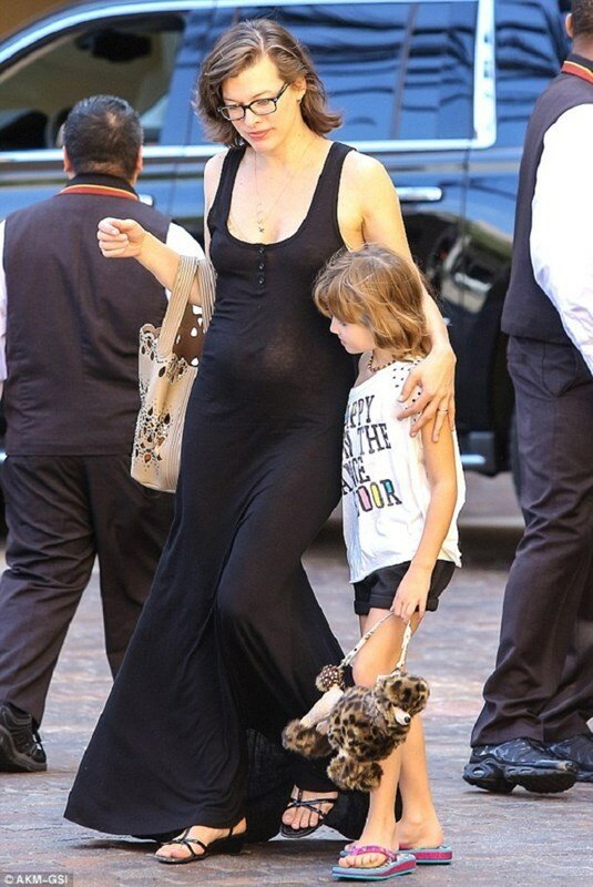 Беременная Мила Йовович на прогулке с дочкой