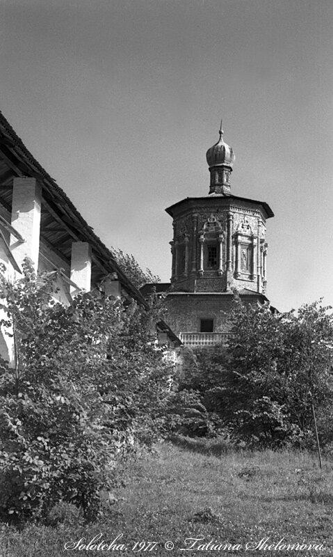 В Солотче. Покровский монастырь. Иоанно-Предтеченская надвратная церковь.