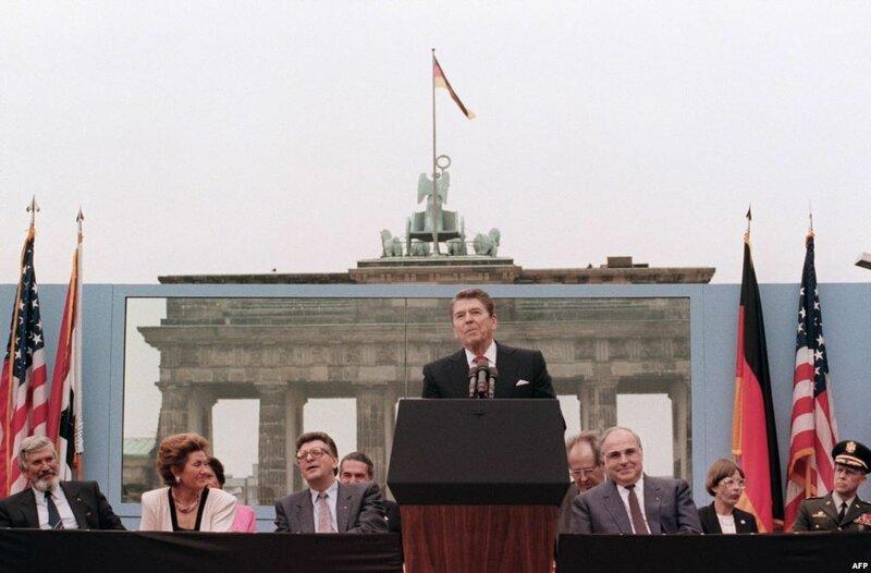 Рональд Рейган выступает у Берлинской стены, июнь 1987 года
