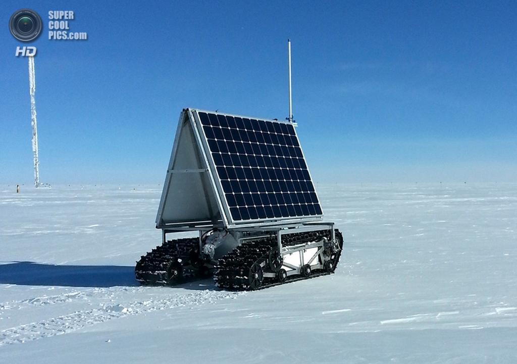 Дания. Гренландия. 2 июня. Полярный ровер GROVER на ходу во время тестов потребляемой мощности.