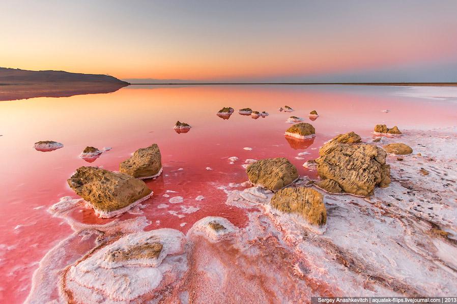 Отступающая в жару вода придает берегам совершенно фантастический вид: